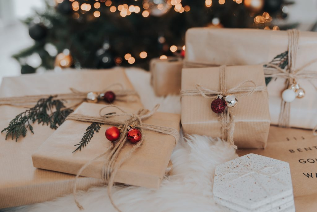 photo of presents as the featured photo for the holiday gift guide blog post